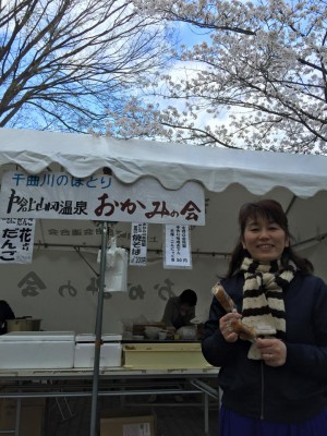 磨利@おかみの会花見、中央公園 Mari at the Ladies Guild hanami tent at Chuo Park